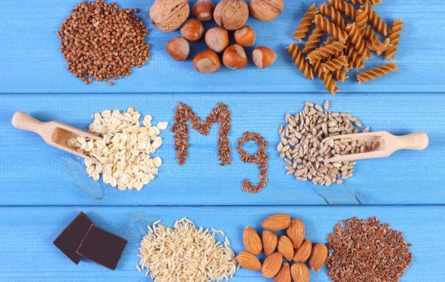 Täysjyvävilja, pähkinät, mantelit, siemenet ja suklaa ovat mainioita magnesiumin lähteitä.
