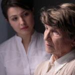 Alzheimer aiheuttaa muistivaikeuksien lisäksi usein myös mielialan muutoksia.