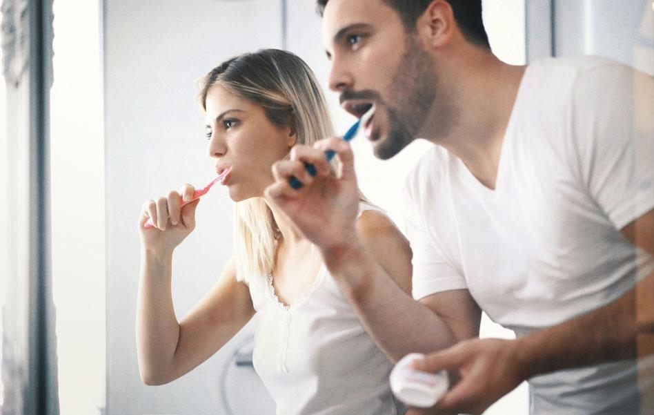 Hampaita pesevä pariskunta