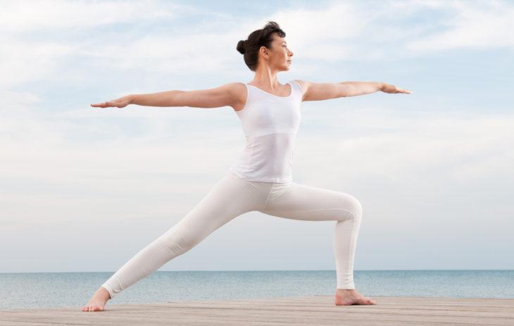 Vahvemmat pakarat ja reidet joogan avulla – 7 joogaliikettä jaloille