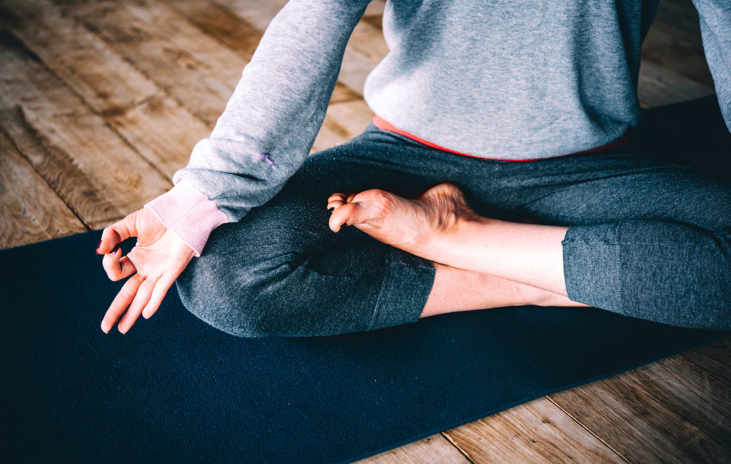 Helpota kuukautiskipuja ja PMS-oireita joogan avulla – 6 rentouttavaa asanaa