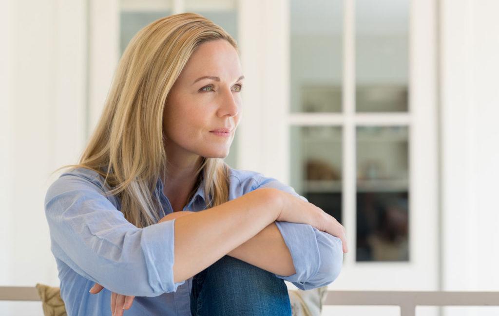 Keski-ikäistyminen voi aiheuttaa ihmisessä yllättäviä reaktioita. Kuvituskuva.