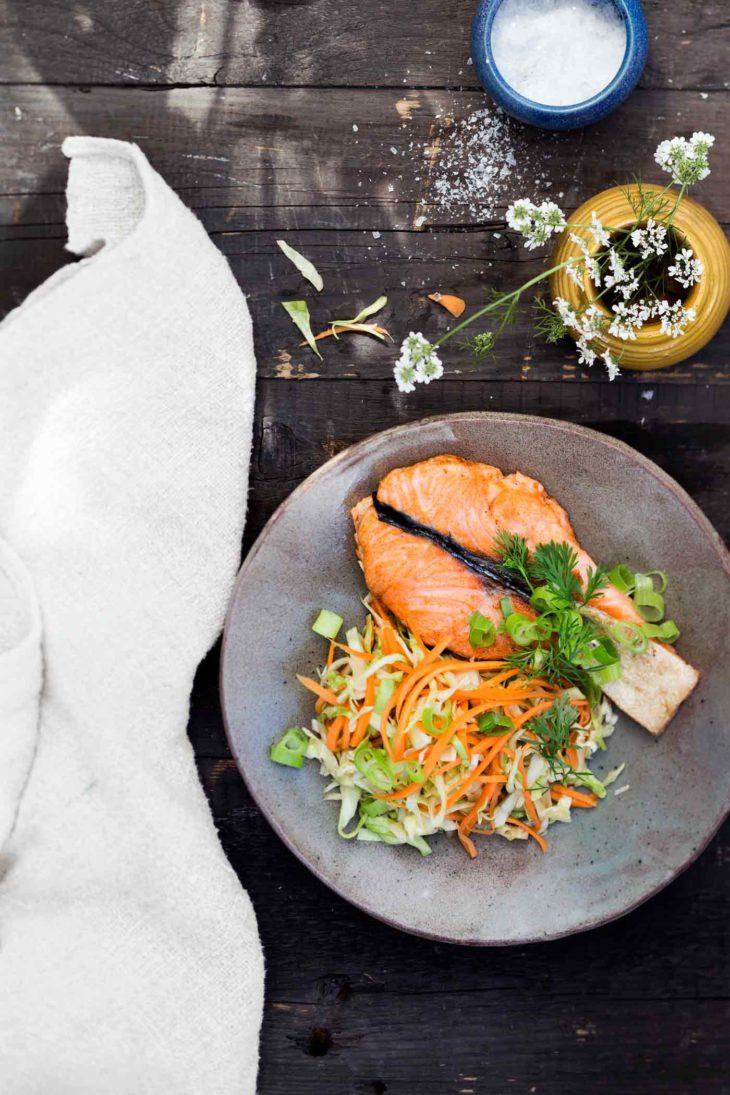 paistettua lohta japanilaisen coleslaw'n kera