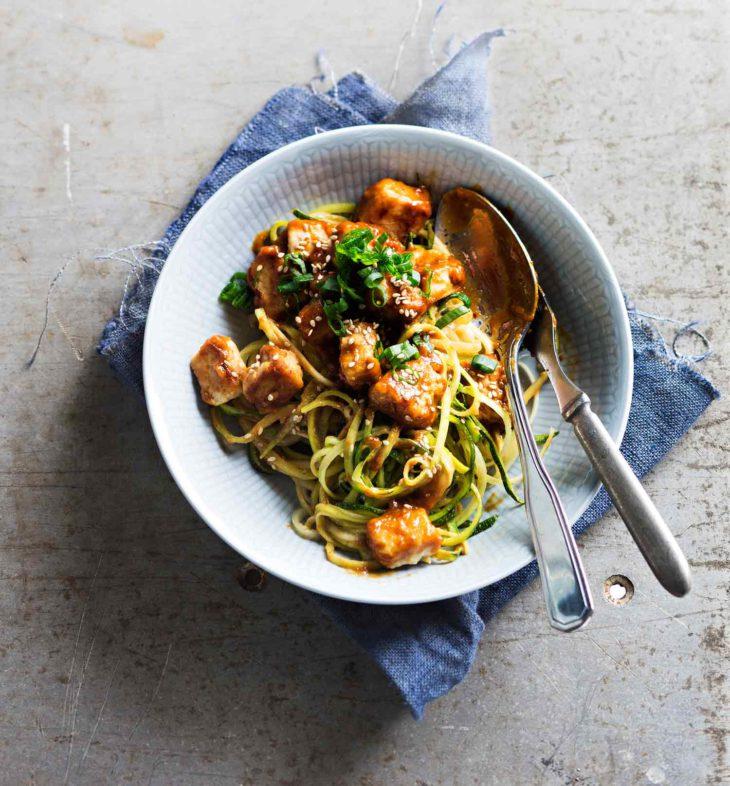 tofua maapähkinäkastikkeessa ja kesäkurpitsanuudeleita