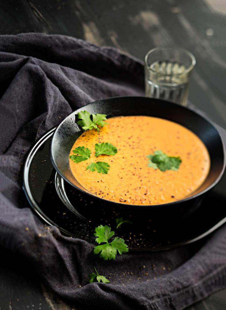 tomaatti-vuohenjuusto-paprikakeitto