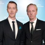 Eero aho (oik.) poseerasi Tuntematon sotilas -elokuvan kutsuvierasensi-illassa kameroille Koskelaa näyttelevän Jussi Vatasen kanssa.