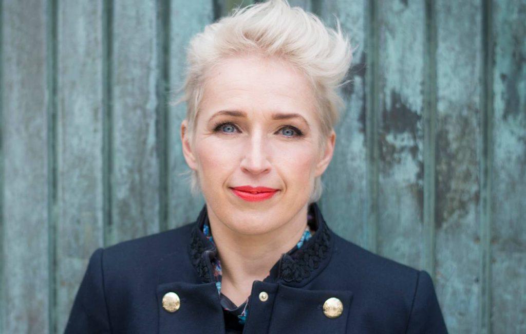 Toimittaja-kirjailija Anna Perho menee rohkeasti päin muutoksia.