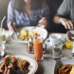 Hyvässä seurassa, rauhassa ja hyvin pureskeltuna nautittu ateria saa elimistön voimaan hyvin.