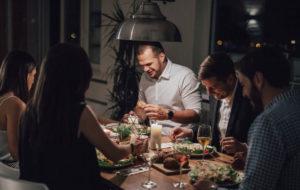 Jos kumppanin ystävät eivät ole omaan makuun, yhteisistä tapaamisista voi tulla tuskaa.