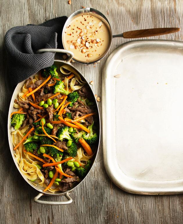 lihaa, pastaa ja maapähkinäkastiketta