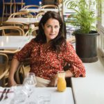 Sidse Babett Knudsen kiertää työskennellessään maailmaa, mutta teinipojan äidin koti pysyy Tukholmassa.