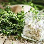 Ruoka kannattaa maustaa suolalla vasta ruokapöydässä. Lisämakua ruokaan saa myös esimerkiksi erilaisista yrteistä.