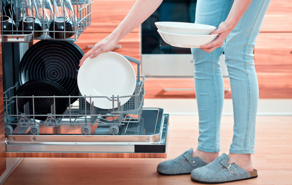 Tarkista ohjekirjasta, miten juuri sinun tiskikoneessasi astiat pitäisi asettaa.