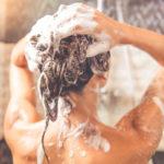 Oletko sinäkin pessyt hiuksesi tähän asti pystyasennossa? Ei ehkä kannattaisi.