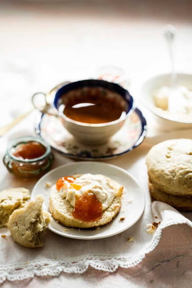 englantilaiset skonssit ja clotted cream