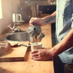 Kahvihifistelijä jauhaa kahvin juuri ennen sen keittämistä.