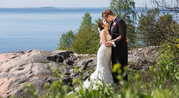 Heidi ja Mikko pussailivat ennen vihkiseremoniaa ja sen jälkeen.
