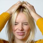Päänahan kutina voi johtua kuivuuden lisäksi myös muista syistä.