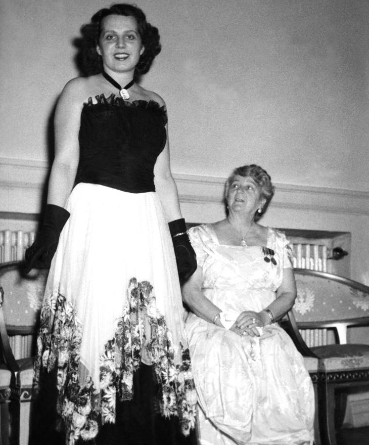Kaija Koskimies ja Alli Paasikivi Linnan juhlissa 1947