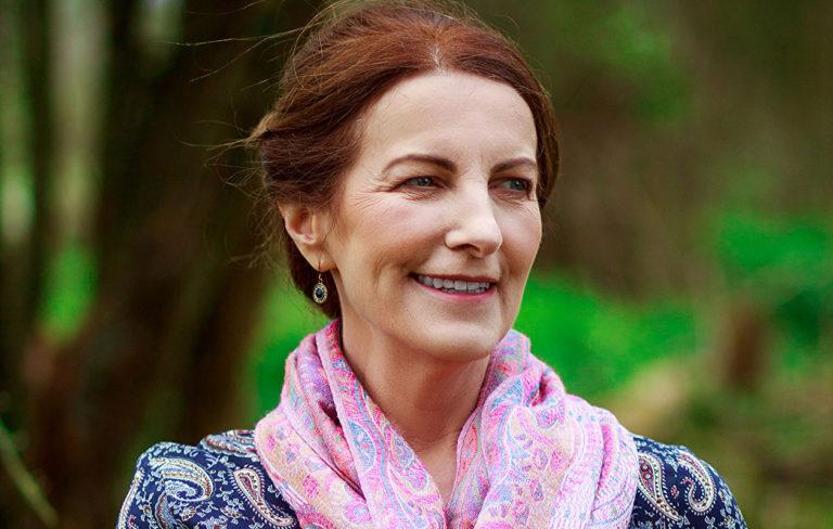 """Enkelikirjailija Lorna Byrne: """"Suojelusenkelit antavat meille jatkuvasti merkkejä itsestään"""""""