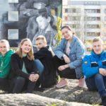 Lukiolaiset Lauri Saarni (vas.), Jenna Kangasniemi, Samuel Westerlund, Jenni Jokinen ja Santeri Rounas kehuvat herkästi kavereitaan.