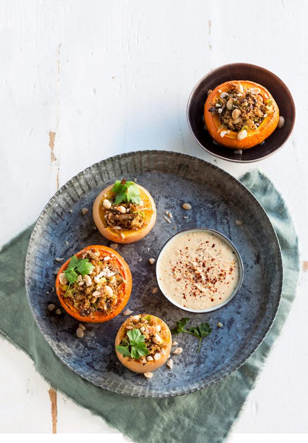 kvinoalla ja pähkinöillä täytetyt kurpitsat