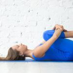 Jalkojen halaus rintaa vasten rentouttaa ihanasti alaselkää.