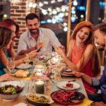 Suomen kieli kuulostaa useimmista ulkomaalaisista hauskalta. Opeta aterian aluksi muut sanomaan suomeksi hyvää ruokahalua. Sen harjoittelu naurattaa kaikkia.