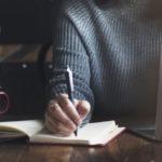 Kustannusjohtajan mielestä paras koulu kirjailijaksi on lukeminen. Ja kun kirjoitat, mieti mitä haluat sanoa ja sano se omalla äänelläsi. Hyvä käsikirjoitus puhuu puolestaan.