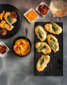 porkkana-pähkinädippi, juustoleipäset, paistettu chorizo