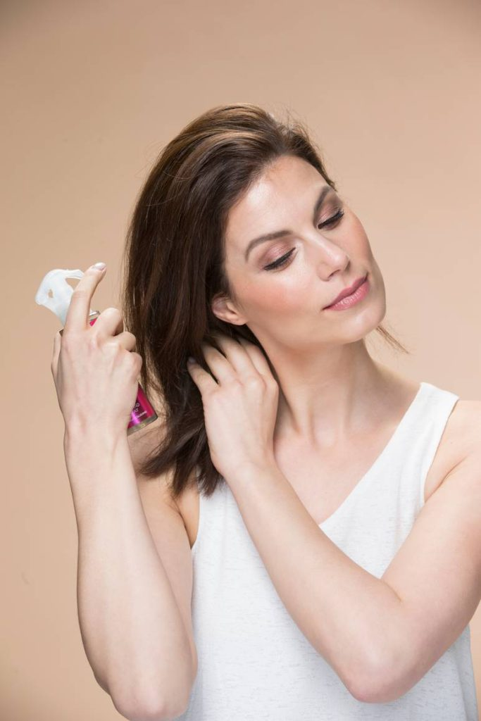 Harjaa hiukset ja suihkuta niihin kauttaaltaan lämpö- ja muotoilusuihketta.  Harjaa sen jälkeen vielä uudestaan ja varmista caae36d679
