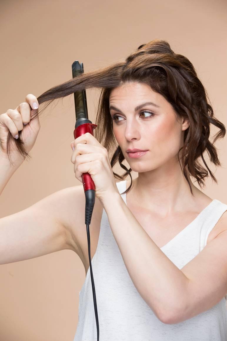 Vapauta päällimmäiset hiukset ja kiharra niitä osioittain kiertäen  kasvoilta poispäin. Laineista tulee muhkeammat ja rennommat 3fb580e59a
