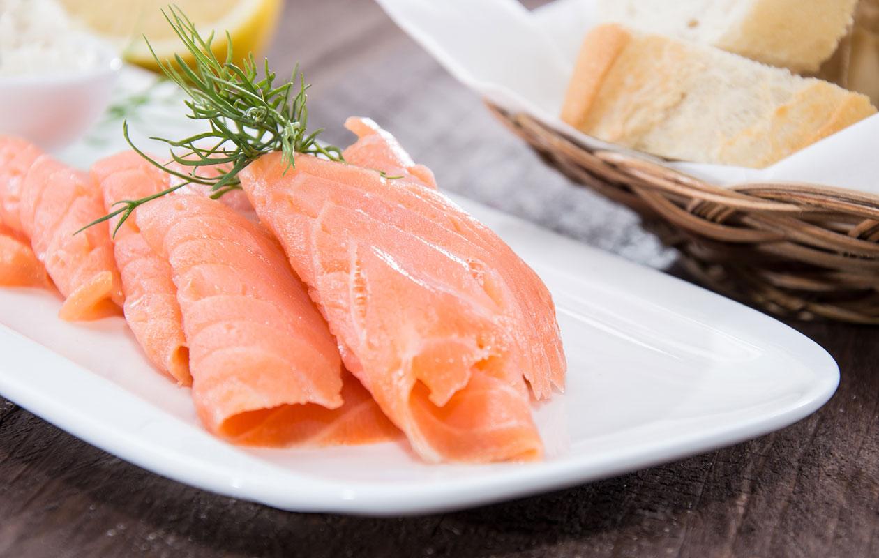 Listeria tarttuu yleisimmin elintarvikkeiden, kuten vakuumipakatun kalan, välityksellä.
