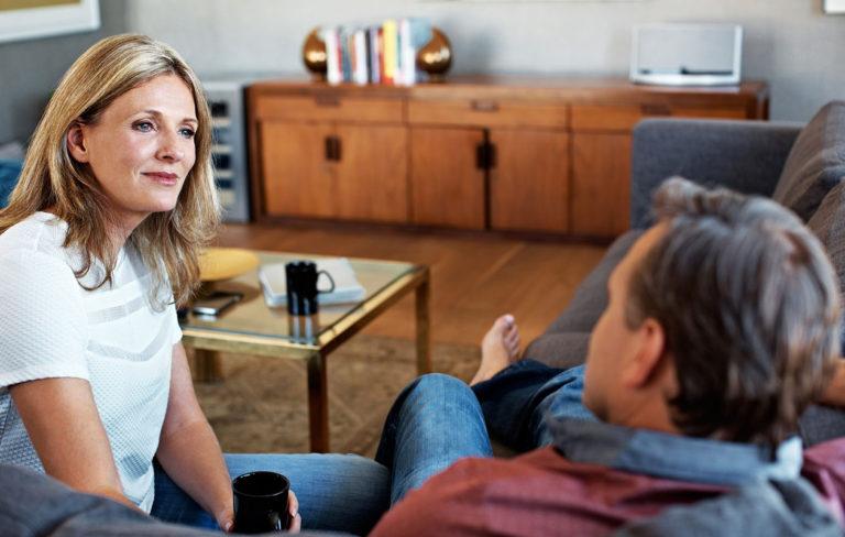 Oletko väsynyt nalkuttamiseen ja tiuskintaan? 6 tapaa parantaa kommunikaatiota parisuhteessa