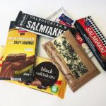 Viiden salmiakkisuklaan lisäksi raati maistoi villinä korttina usein salmiakkisuklaaseen sekoitettavaa lakritsisuklaata.