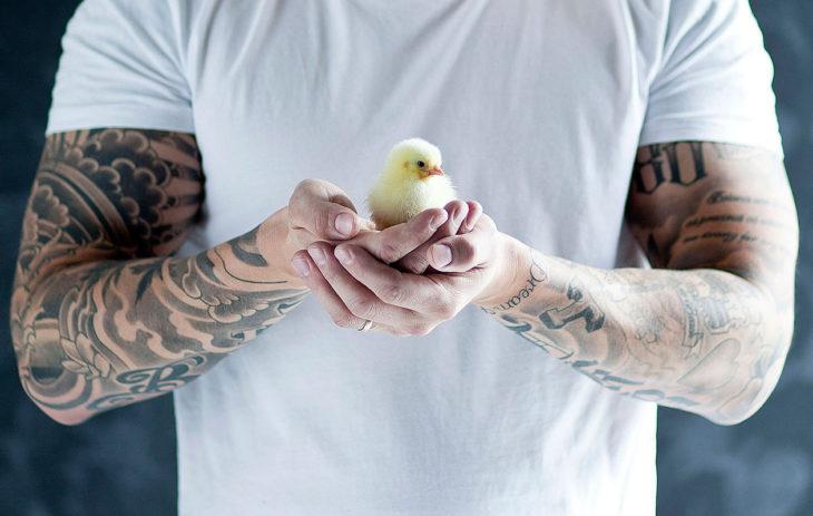 Tunnistatko, kenen tatuoidut käsivarret kuvassa ovat?