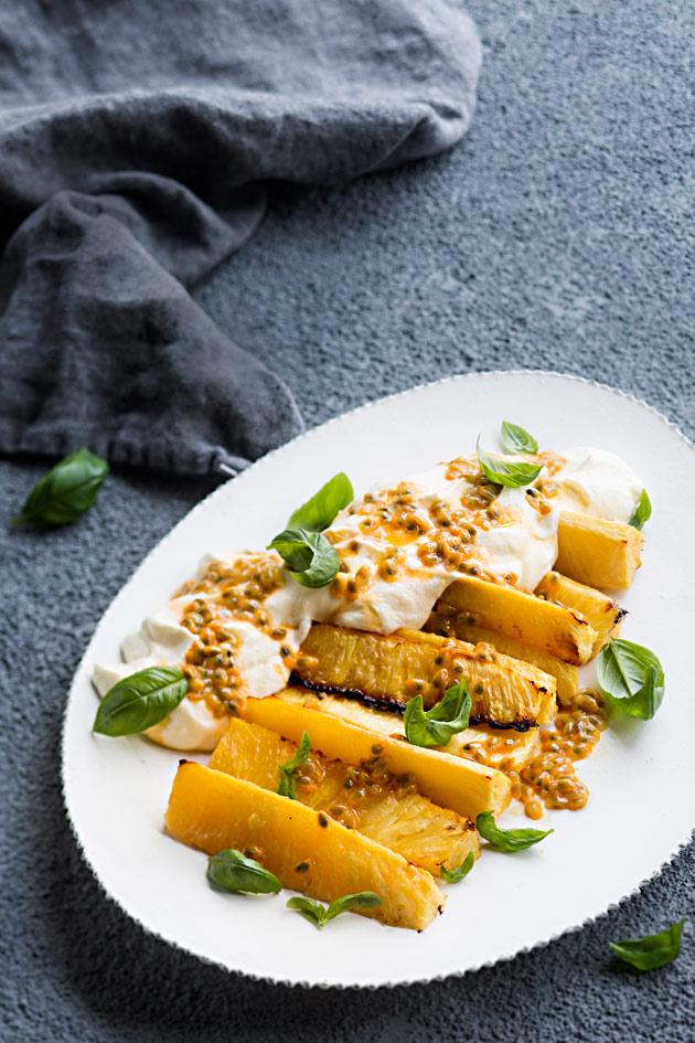 karamellisoitua ananasta ja passiokermaa