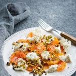 Sitrushedelmät hurmaavat keskitalvella raikkaudellaan ja monipuolisuudellaan. Veriappelsiineista ja mozzarellasta koottu salaatti on myös supertrendikästä tarjottavaa.