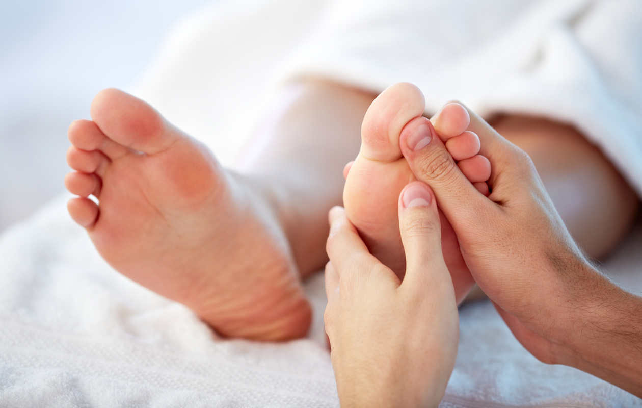 Vyöhyketerapiasta apua stressiin, selkäkipuun ja lihasjännityksiin? Näin käsittelet heijastealueita oikein