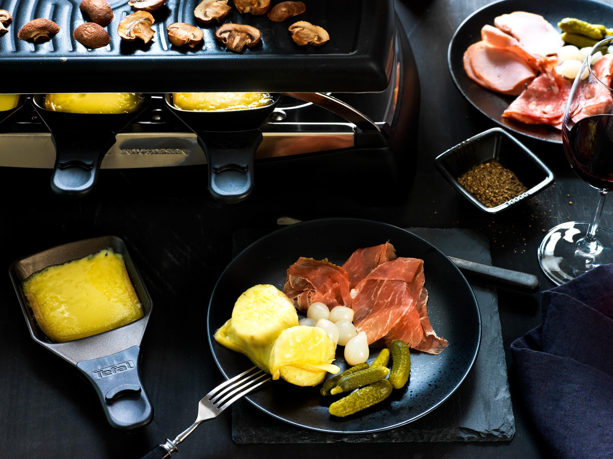 Raclette-juustoa, kinkkua ja cocktailkurkkuja