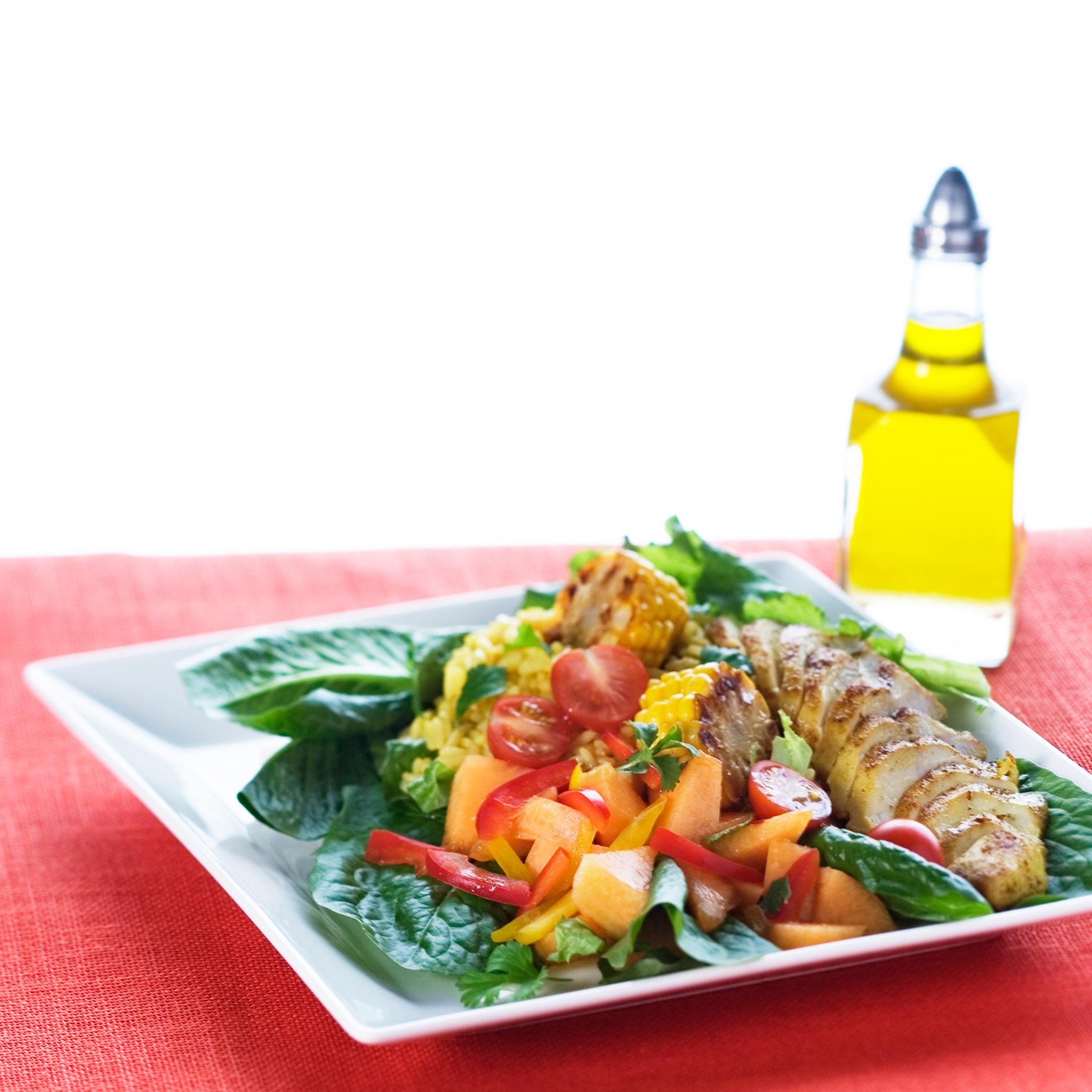 grillattu broilerinfilee salaatin kanssa