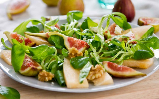 viikuna-päärynä-aurajuustosalaatti