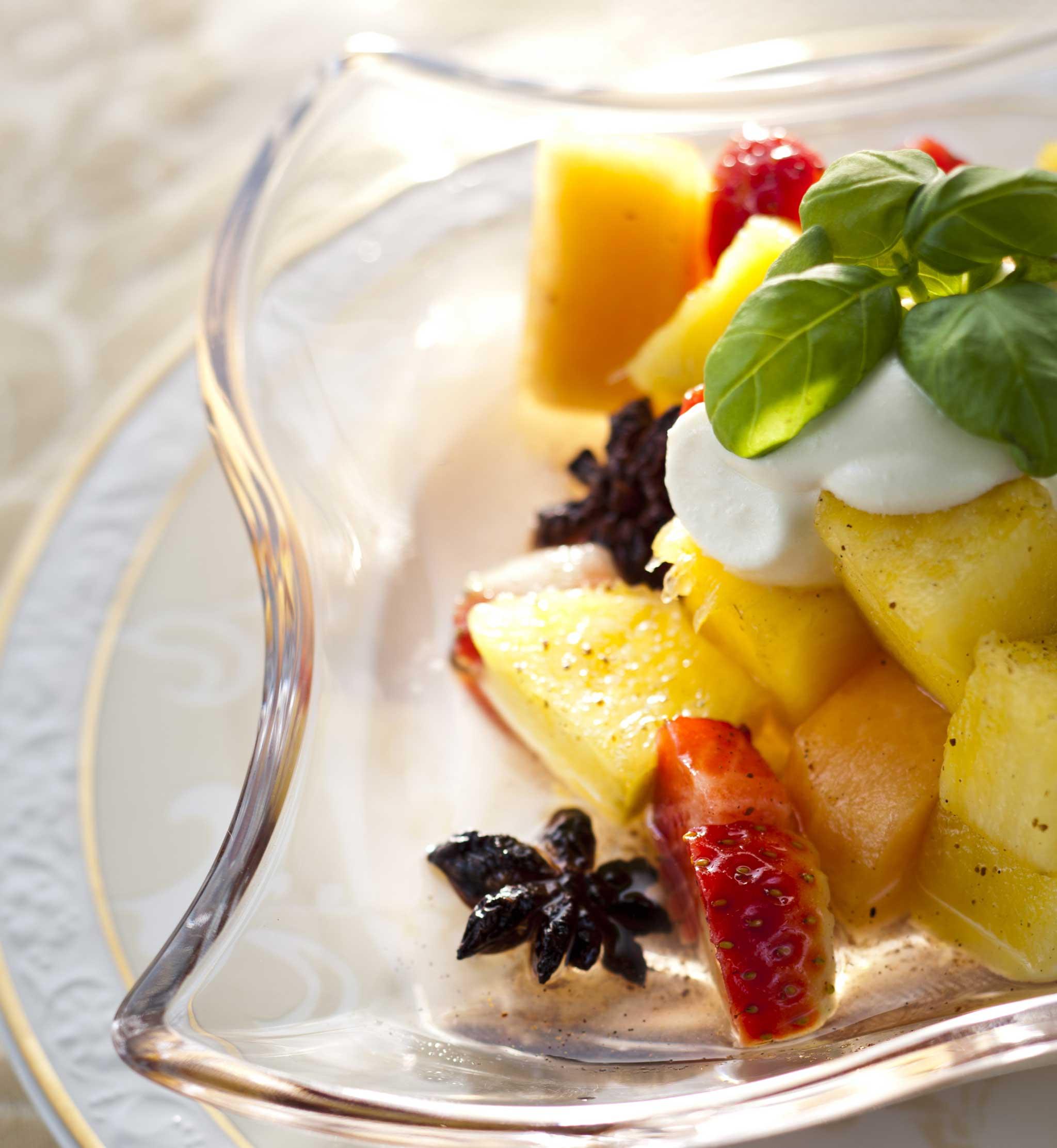 marinoitu hedelmäsalaatti ja kookoskastike