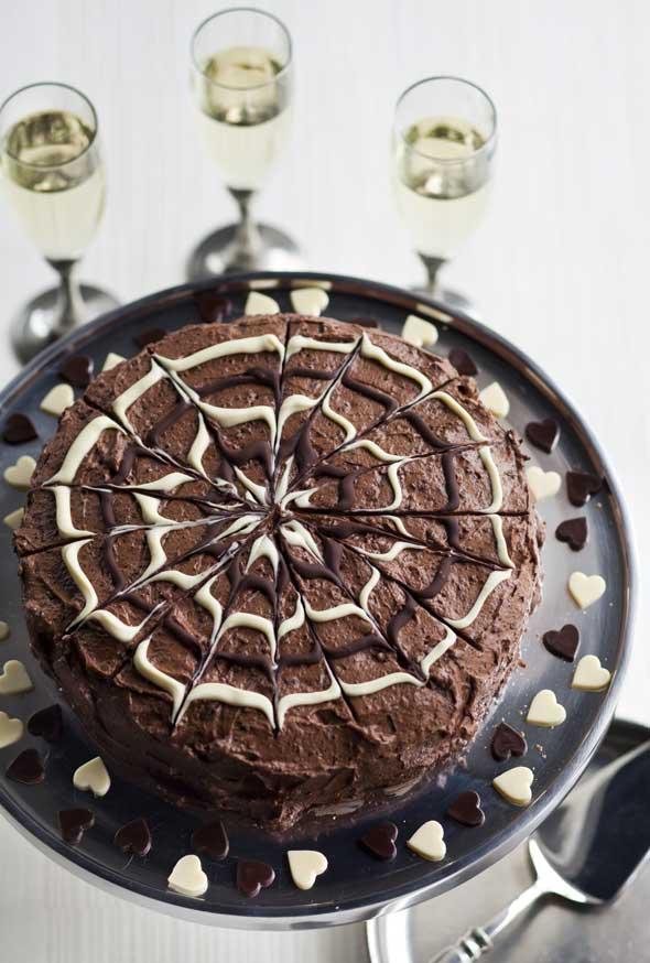 suklaakakku mustaherukkatäytteellä