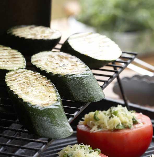 Leikkaa kesäkurpitsoista paksuja viipaleita – siten grillattu kesäkurpitsa on parhaimmilaan!