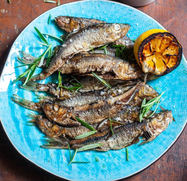 Kalan grillaaminen: kokonaisena grillatut silakat.