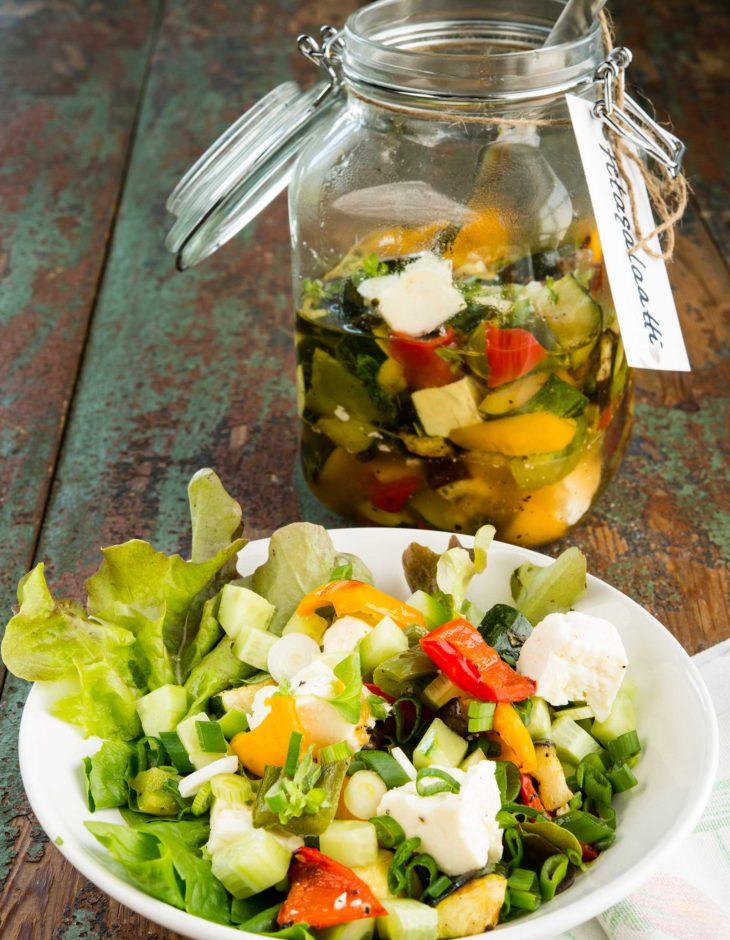 Paahdettujen kasvisten ja fetanihanat maut pääsevät oikeuksiinsa myös säilömällä.