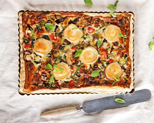 Myös ratatouille-vuohenjuustopiirakka on helppo suolainen piirakka. Mehevä piirakka sopii salaatin kera tarjottuna vaikka kokonaiseksi ateriaksi.