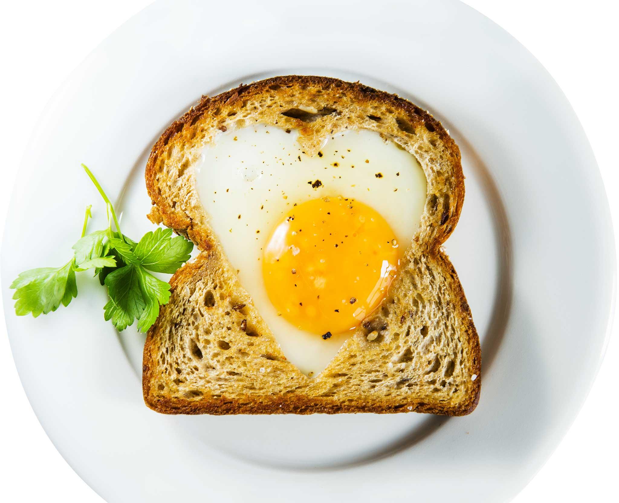 Kananmunatoast, paahtoleipä ja paistettu kananmuna