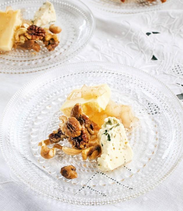 juustoa, karamellipähkinöitä ja hillottua päärynää